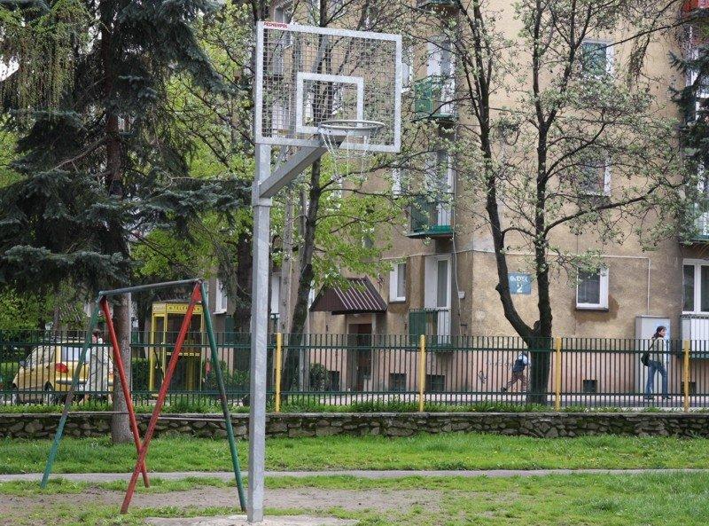 Basketbola vairogs no metāla rāmja ar iemetinātu režgi cinkots ar izmēriem 90 x 120 cm