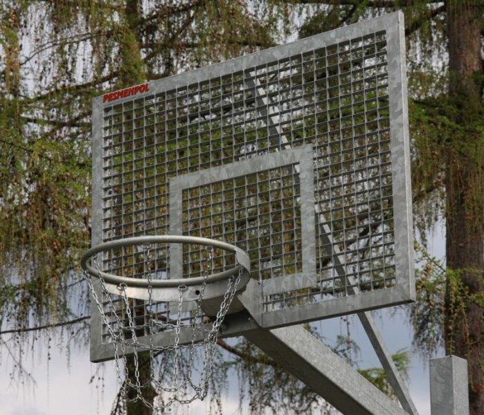 Basketbola vairogs no metāla rāmja ar iemetinātu režgi cinkots ar izmēriem 105 x 180 cm